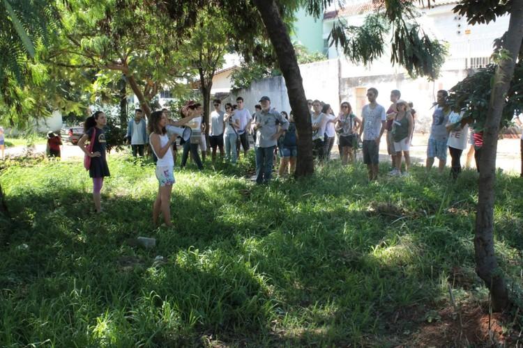 De Jane Jacobs aos Jane's Walk - uma defesa pela Vitalidade Urbana / Carol Farias e André Gonçalves , Jane's Walk realizado em 2015 no Setor Sul, Goiânia. Image © André Gonçalves