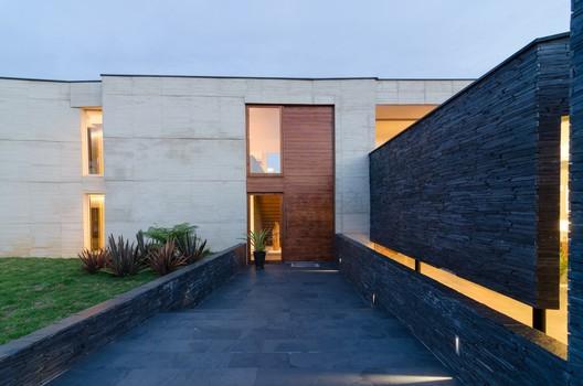 Casa entre Jardines  / Planta Baja Estudio + Lightcube