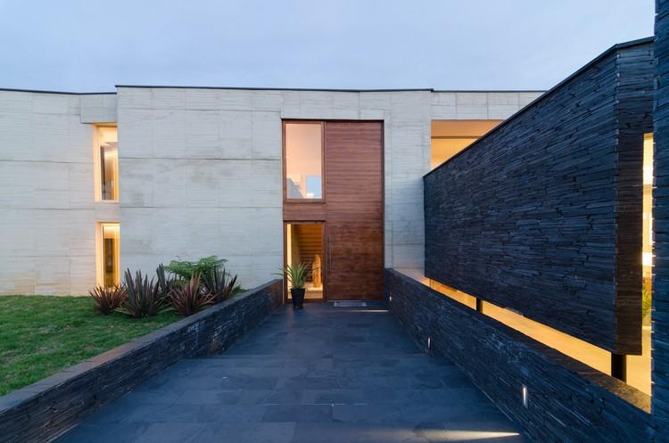 Casa entre Jardins  / Planta Baja Estudio de Arquitectura + Lightcube, Cortesia de Mauricio Carvajal Bustamante