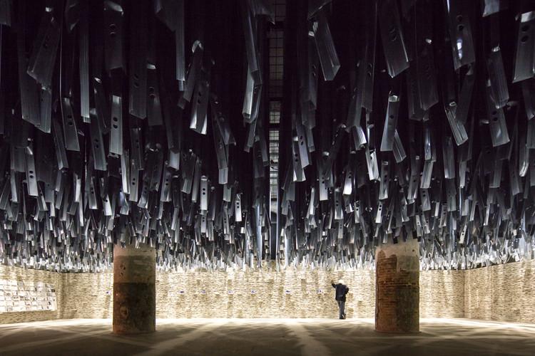 Aravena convida a visitar 'Reporting from the Front' reutilizando 100 toneladas de material descartado pela Bienal de Arte passada, © Laurian Ghinitoiu