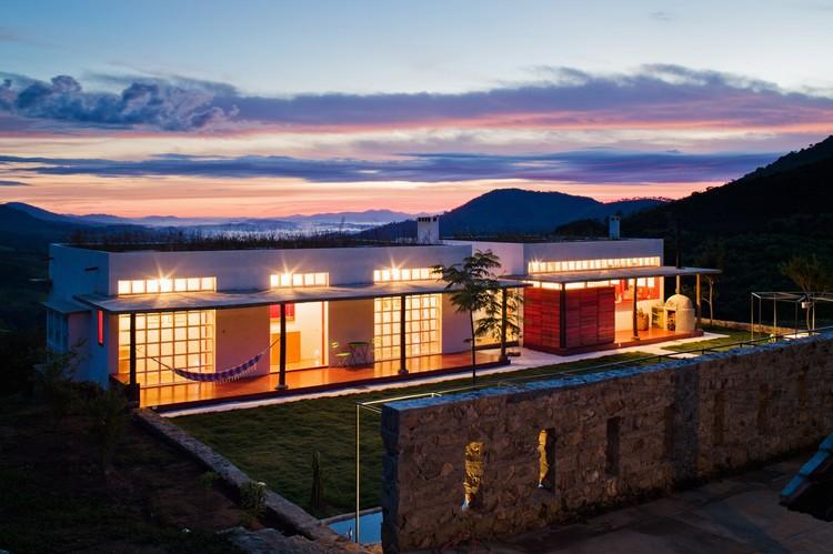 Dom Viçoso House / Brasil Arquitetura, © Nelson Kon