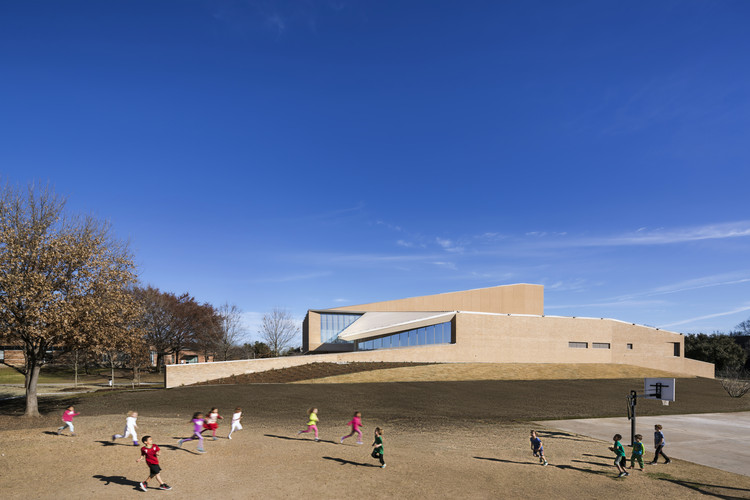 The Marshall Family Performing Arts Center  / Weiss/Manfredi, Courtesy of Albert Večerka/Esto