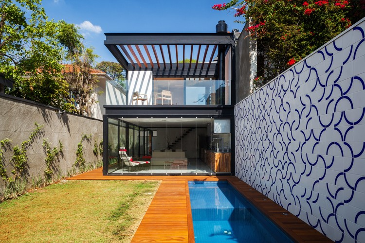 Casa 7x37 cr2 arquitetura archdaily brasil for Casas estrechas y alargadas
