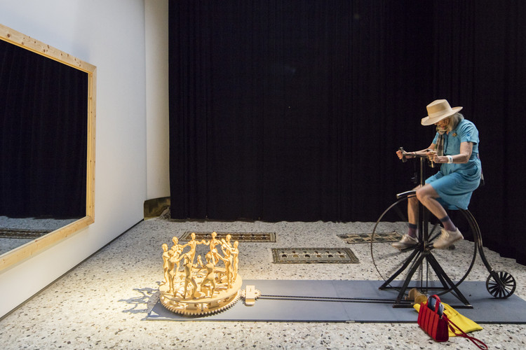 """""""Selfie Automaton"""": Pavilhão da Romênia na Bienal de Veneza 2016, SELFIE AUTOMATON / Curadoria de Tiberiu Bucșa, Gál Orsolya, Stathis Markopoulos, Adrian Aramă, Oana Matei, Andrei Durloi. Pavilhão da Romênia na Bienal de Veneza 2016. Imagem © Laurian Ghinitoiu"""
