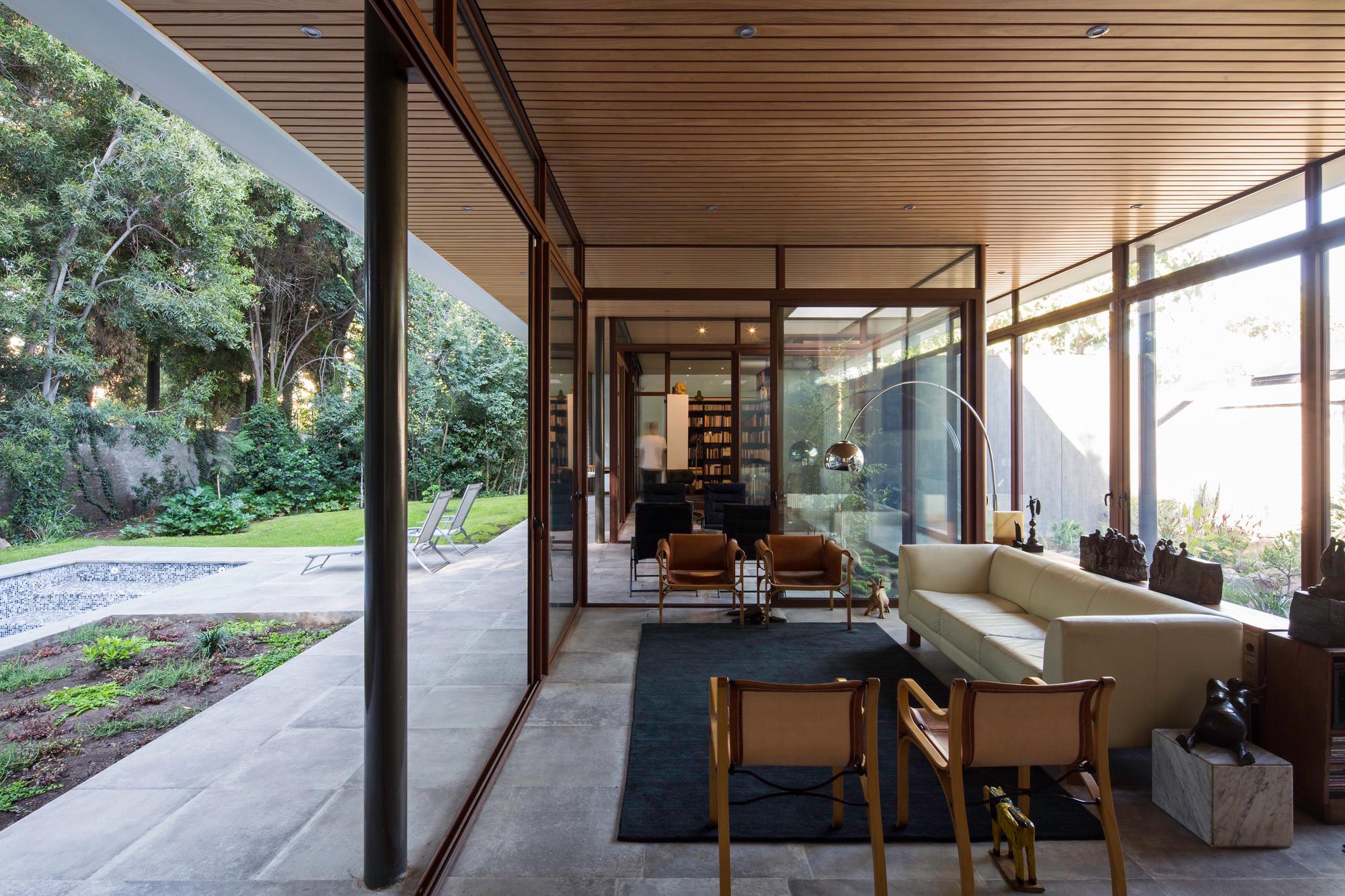La casa y los arboles iglesis arquitectos plataforma for Casa de arquitectos