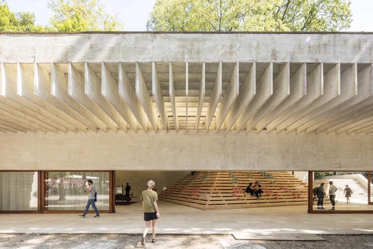 In Therapy: Pabellón Nórdico en la Bienal de Venecia 2016, La instalación central (la pirámide) encierra, pero no oculta, los tres árboles originales en el interior del pabellón. Image © Laurian Ghinitoiu
