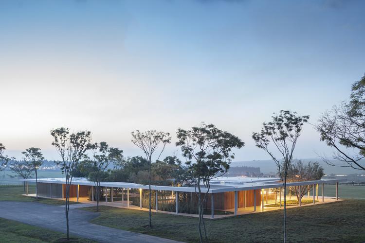 Fazenda Boa Vista – Equestrian Center Clubhouse / Isay Weinfeld, © Fernando Guerra |  FG+SG