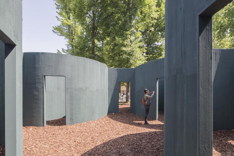 Pavilhão Vara, de Pezo von Ellrichshausen's na Bienal de Veneza, é um Labirinto de Formas Circulares, © Laurian Ghinitoiu