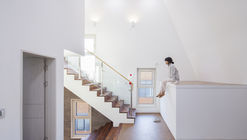 Borde blanco sobre ladrillo / Designband YOAP Architects