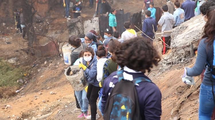 Invitan a inscribirse en RENAV, el registro chileno de arquitectos voluntarios para catástrofes nacionales, Voluntarios en cerro Ramaditas de Valparaíso, tras el incendio de 2014. Image © Cristian Pino