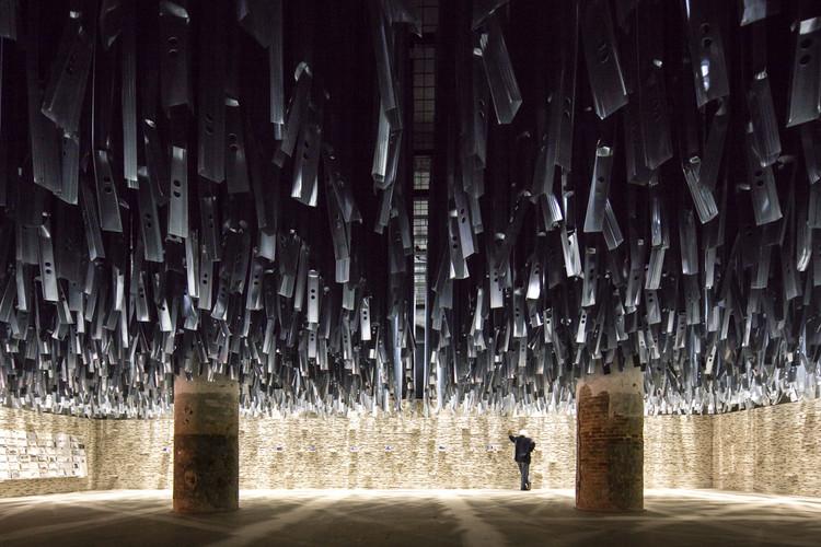 """A pior coisa da Bienal de Veneza de 2016 foi a reação mesquinha de alguns críticos , Exposição do Arsenale """"Reporting from the Front"""". Imagem © Laurian Ghinitoiu"""