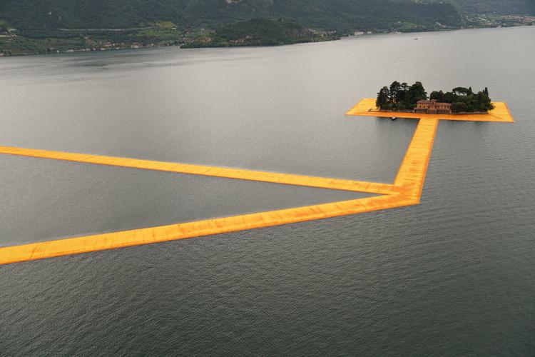 """""""Floating Piers"""" de Christo e Jeanne-Claude permite que os visitantes """"caminhem sobre a água"""", © Christo"""