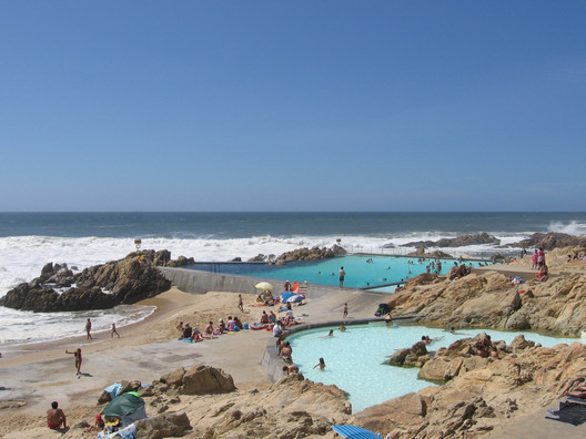 Leça Swimming Pools. Image © <a href=https://commons.wikimedia.org/wiki/File:Swimming_Pool_Piscinas_de_Mar%C3%A9s_Le%C3%A7a_da_Palmeira_by_%C3%81lvaro_Siza_foto_Christian_G%C3%A4nshirt.jpg>Wikimedia user Christian Gänshirt</a> licensed under <a href=https://creativecommons.org/licenses/by-sa/4.0/deed.en>CC BY-SA 4.0</a>