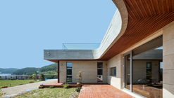 House in Mt. Dongmang  / 2m2 architects