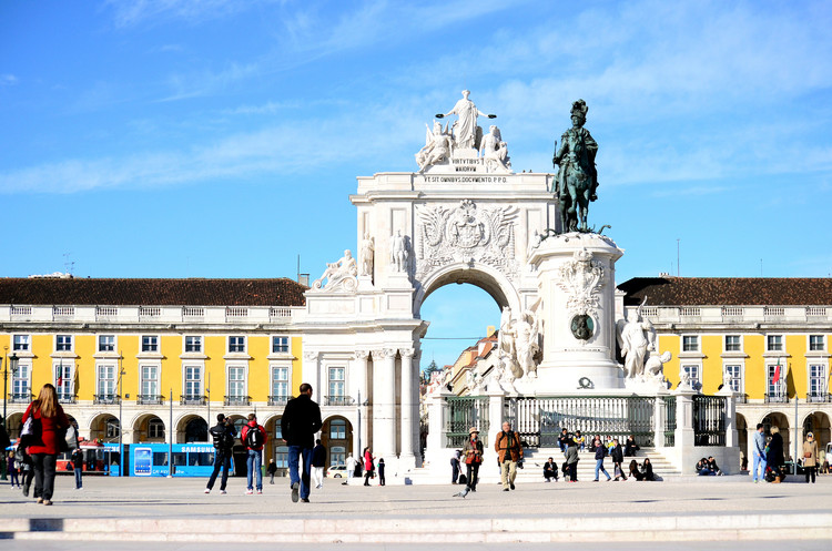 Portugal abre concurso para bolsas de doutorado e de pós-doutorado para europeus e brasileiros, Praça do Comércio, Lisboa, Portugal. Image © mgkm photography, via Flickr. Licença CC BY-NC-ND 2.0