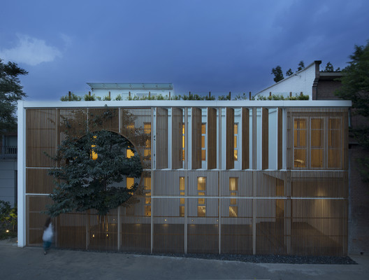 The night view of the facade, the inner light creates the feeling of tranquility. Image © Zou Bin