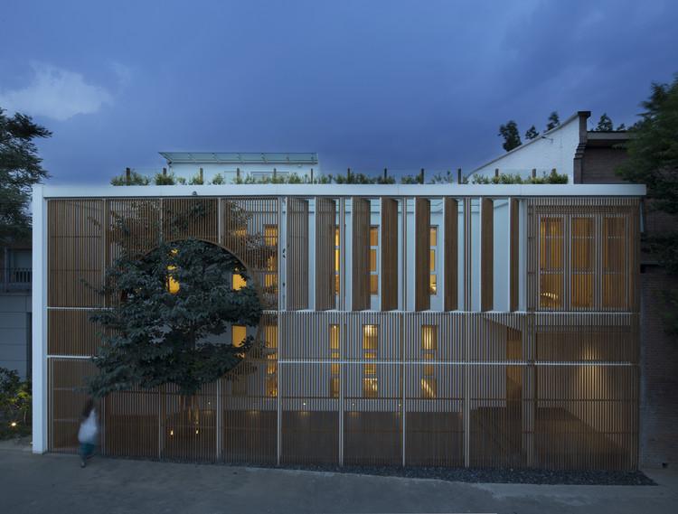 Alargado Cuadro de Industria, Ding Hui Yuan Zen y Compartimiento de té / He Wei, La vista nocturna de la fachada, la luz interior crea la sensación de tranquilidad. Imagen © Zou Bin