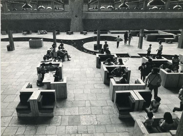 """Exposição """"O Impasse do Design: Mobiliário de Lina Bo Bardi: 1959 - 1992"""", Mobiliário do Sesc Pompeia. Foto: Divulgação (via Instituto Lina Bo e P.M Bardi)"""