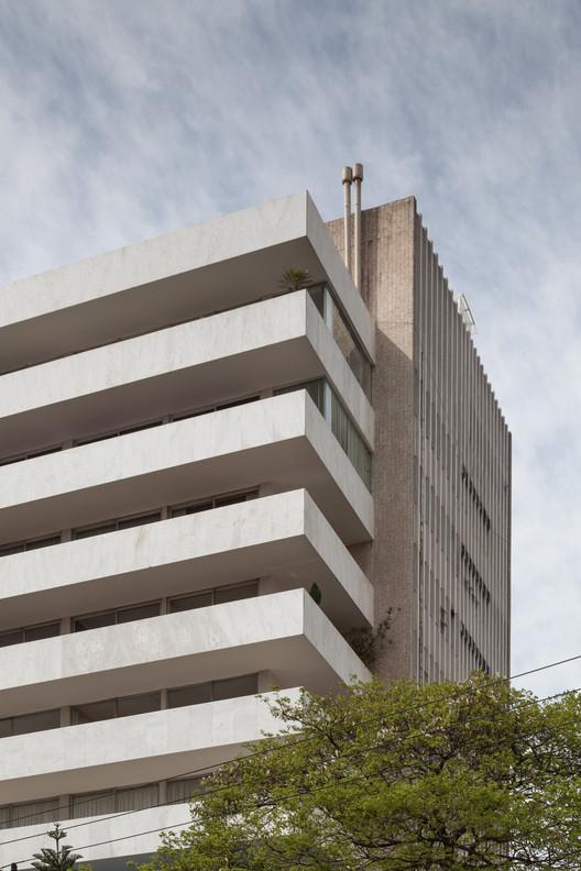 """Arquitetura Moderna em Porto Alegre (Parte II):  Entre o """"Estilo Internacional"""" e o padrão brutalista nos anos 60/70 / Luís Henrique Haas Luccas, Edifício Floragê (1965), David Libeskind.. Image © Marcelo Donadussi"""
