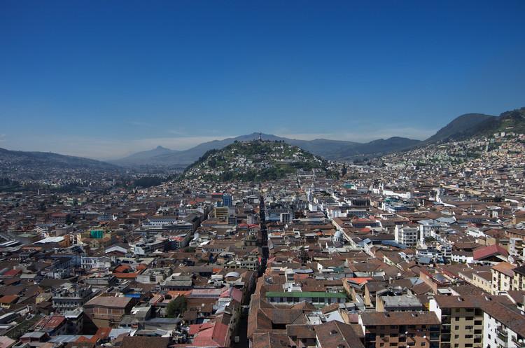 Carta da sociedade civil brasileira sobre a Nova Agenda Urbana a ser adotada no Habitat III, Vista aérea de Quito, Equador, sede do Habitat III. Image © Robert Nunn, via Flickr. Licença CC BY-NC 2.0