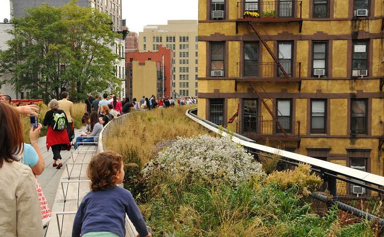 La mala imagen de la gentrificación y por qué se convirtió en villana, Revitalização da High Line, linha férrea desativada de Nova York, elevou os preços dos imóveis da região. Image © Steven Severinghaus, via Flickr. CC