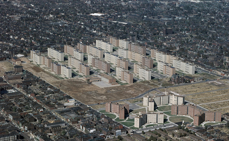 """Teoría de la arquitectura unificada - Capítulo 9: Fisiología humana y diseño basado en la evidencia (Parte 2), """"…Si las personas aplicaran de manera constante la prueba del """"espejo del yo"""", probablemente hubiésemos evitado algunos de los ambientes inhumanos que han sido construidos en las décadas pasadas..."""" El Conjunto residencial Pruitt Igoe fue diseñado en base a la tipología no-probada del bloque alargado, finalmente tuvo que ser demolido a 20 años de su construcción, debido a los altos índices de pobreza, delincuencia y a una opinión negativa del entorno construido de parte de sus habitantes. Minoru Yamasaki. 1955. Saint Louis. EE.UU. Image © US Geological Survey via Flickr / User Michael Allen. Licensed by CC"""