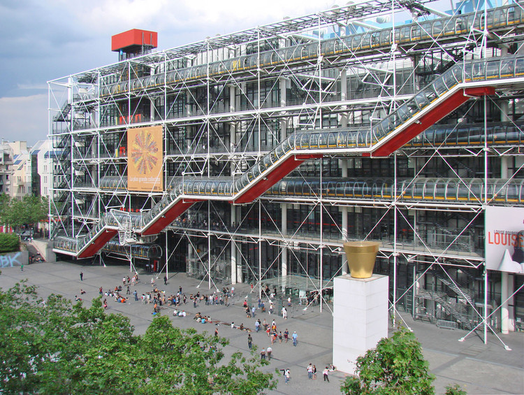 Richard Rogers, One of the Leading Architects of the British High-Tech Movement, Centre Georges Pompidou / Richard Rogers + Renzo Piano. Image © <a href='https://www.flickr.com/photos/dalbera/2496569412'>Flickr user dalbera</a> licensed under <a href='https://creativecommons.org/licenses/by/2.0/'>CC BY 2.0</a>