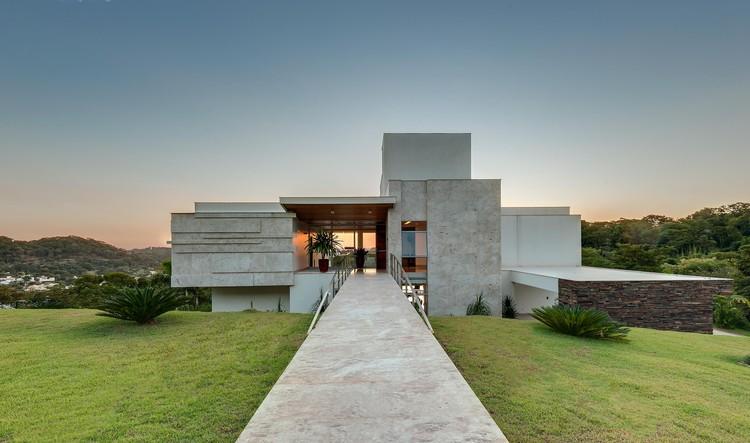 Casa da Colina da Aldeia / Dayala e Rafael Estúdio de Arquitetura, © Leandro Moura Estúdio OnzeOnze