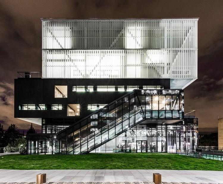 Conferencia Edificio Artes Javeriana / Bogotá, vía LaRottaArquitectos