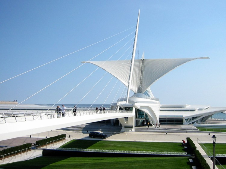 Em foco: Santiago Calatrava, The Quadracci Pavilion at Milwaukee Art Museum. Imagem  © <a href='https://www.flickr.com/photos/bvincent/18091164/'>Flickr user bvincent</a> licensed under <a href='https://creativecommons.org/licenses/by-nd/2.0/'>CC BY-ND 2.0</a>