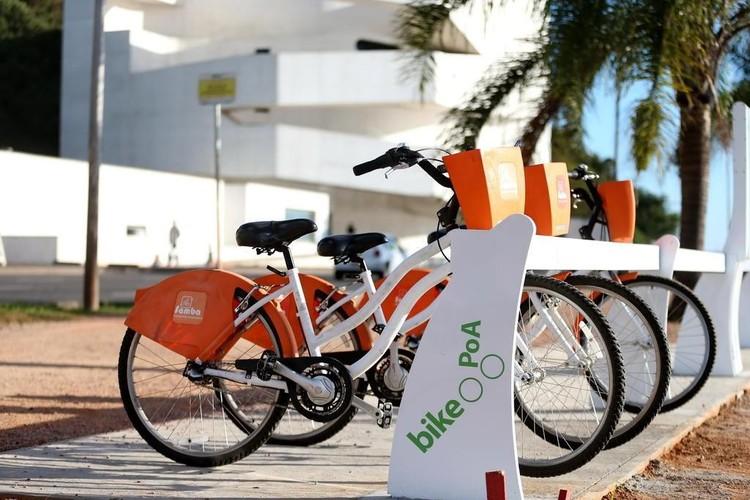 Por que bicicletas públicas são mais seguras que as particulares, Bike PoA, sistema de bicicletas públicas de Porto Alegre. Image © Bruno Alencastro