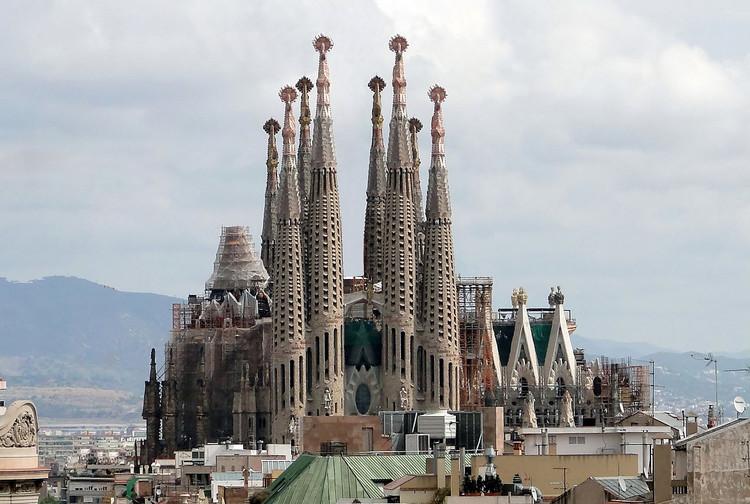 """Florianópolis será a primeira cidade do país a receber a exposição """"Gaudí, Barcelona 1900"""", Basílica i Temple Expiatori de la Sagrada Família em Barcelona. Image © Bernard Gagnon, via Wikipedia. Licença CC BY-SA 3.0"""