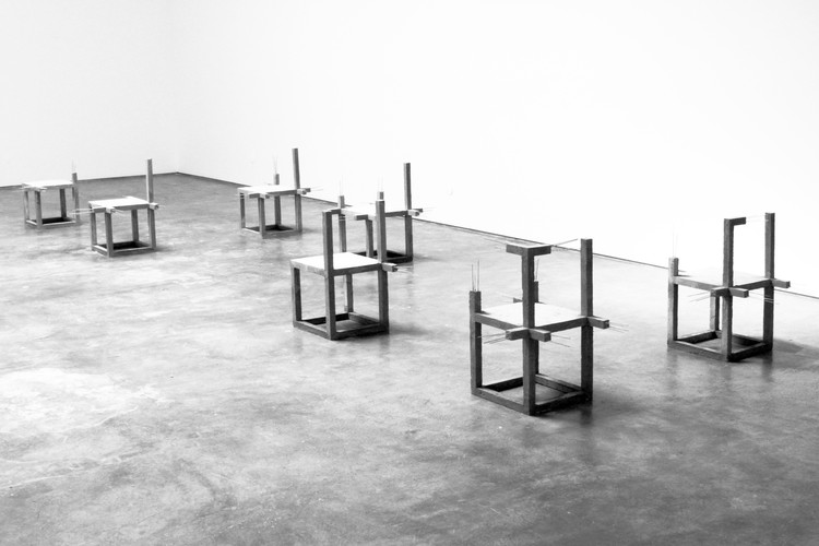 Arte e Arquitetura: Variations of unfinished concrete chairs por Felipe Arturo, Cortesia de Galeria Baginski