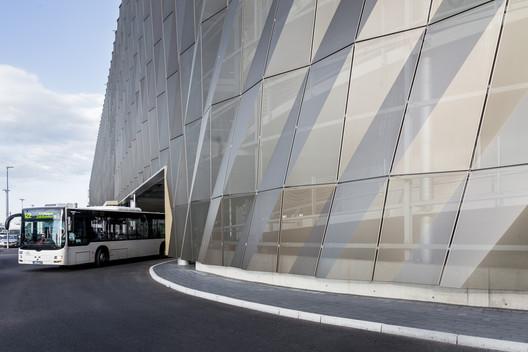 Terminal de Buses Aeropuerto de Stuttgart  / Wulf Architekten