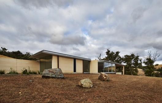 Julimar Falls House / Studio Nicholas Burns