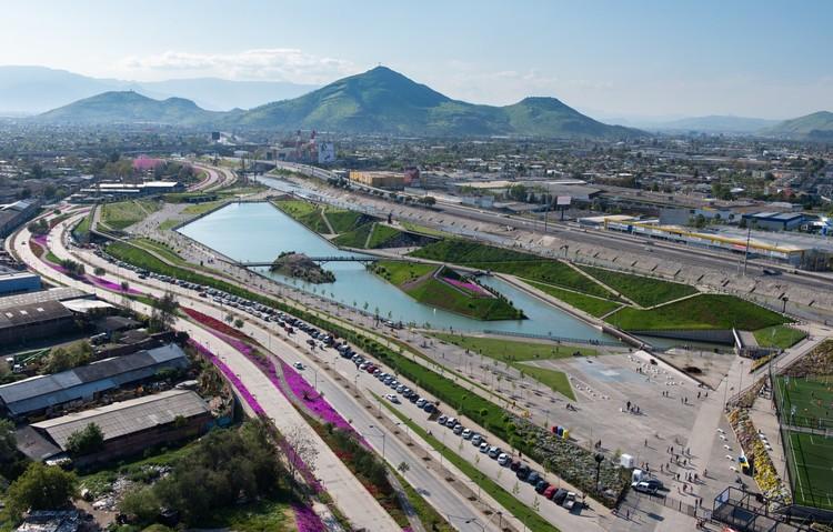 Padre Renato Poblete River Park  / Boza Arquitectos, © Felipe Díaz Contardo
