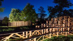 Arquitetos constroem vila com 14 estruturas de madeira na Hello Wood 2016