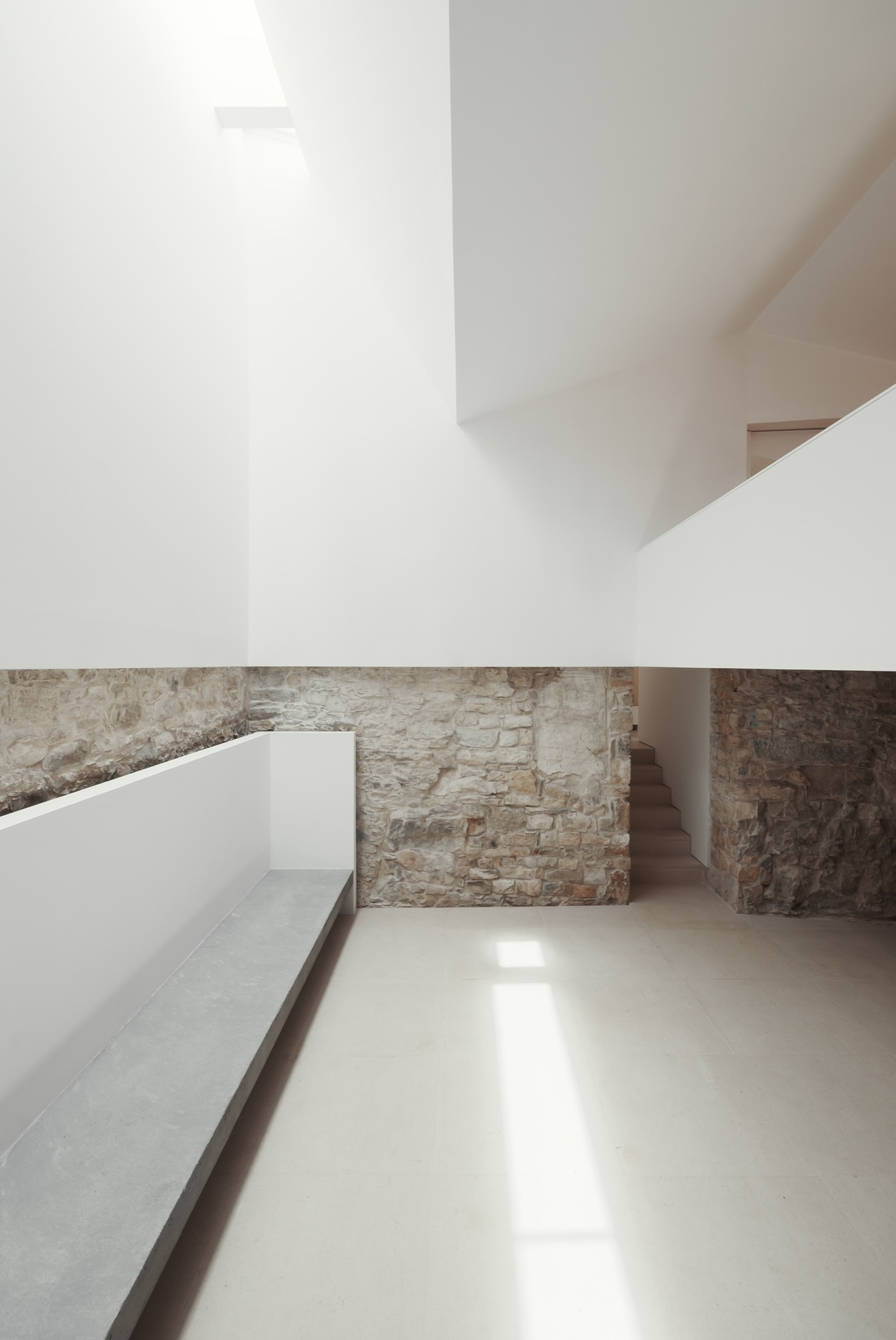 Gallery of house in janeanes branco delrio arquitectos 3 for Lighting for interior design malcolm innes