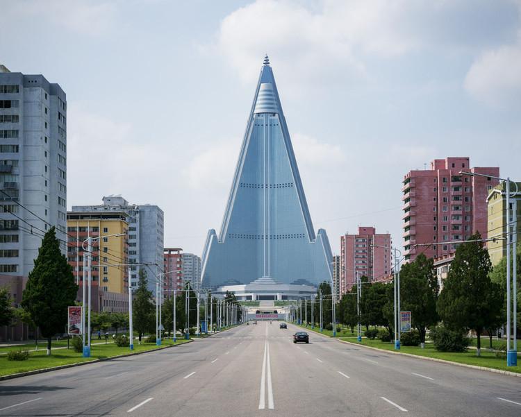 Raphael Olivier fotografía la arquitectura de Corea del Norte: 'Pyongyang se planifica desde la A a la Z', Ryugyong Hotel. Image © Raphael Olivier