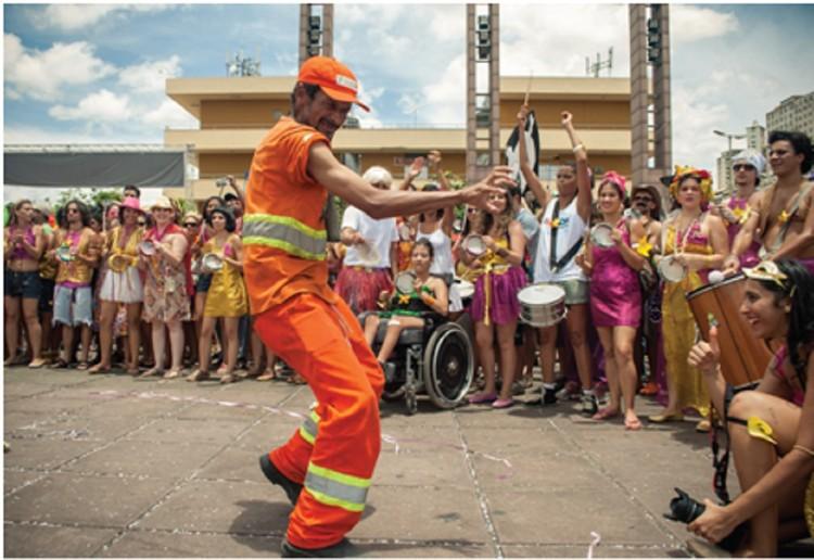 Deslocamento do olhar: análise das práticas sociais da região do Baixo Centro de Belo Horizonte (MG) / Fernanda Mingote Colares Luz, Praça da Estação - Carnaval de Rua - Bloco Então Brilha, 2013. Image © Priscila Musa