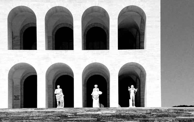 """Inscrições abertas para o curso """"Cinema & Arquitetura"""", Coliseu quadrado em Roma (projetado em 1937 por Giovanni Guerrini, Ernesto Bruno La Padula e Mario Romano). O lugar foi cenário de filmes de Fellini como A Doce Vida."""