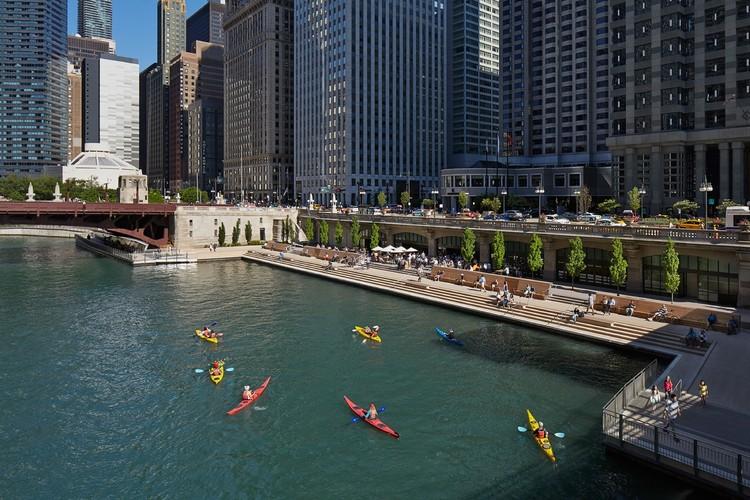 """7 Cidades que transformaram seus rios em novos atrativos urbanos, """"Chicago Riverwalk"""", Chicago, EE.UU. Image © Kate Joyce Studios"""