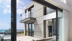 A Seafront Villa / Nava Yavetz Architects