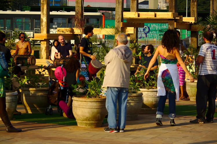 Prefeitura de São Paulo instala mobiliário urbano no Largo da Batata, © Paulo Henrique Baumann, via perfil a Virada Sustentável no Flickr. Licença CC BY-SA 2.0