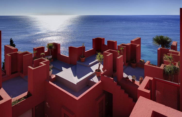 "Ricardo Bofill: ""Why Are Historical Towns More Beautiful Than Modern Cities?"", La Muralla Roja, Alicante, 1973. Image Courtesy of Ricardo Bofill"