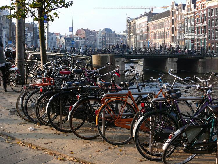 A estratégia de Amsterdã para se adequar ao aumento do uso de bicicletas, © Flickr: stephenrwalli. Licença CC BY-SA 2.0