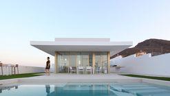 Cantilevered Porch House / Pepa Díaz