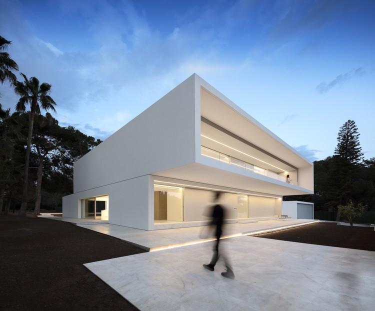 Casa Entre La Pinada / Fran Silvestre Arquitectos