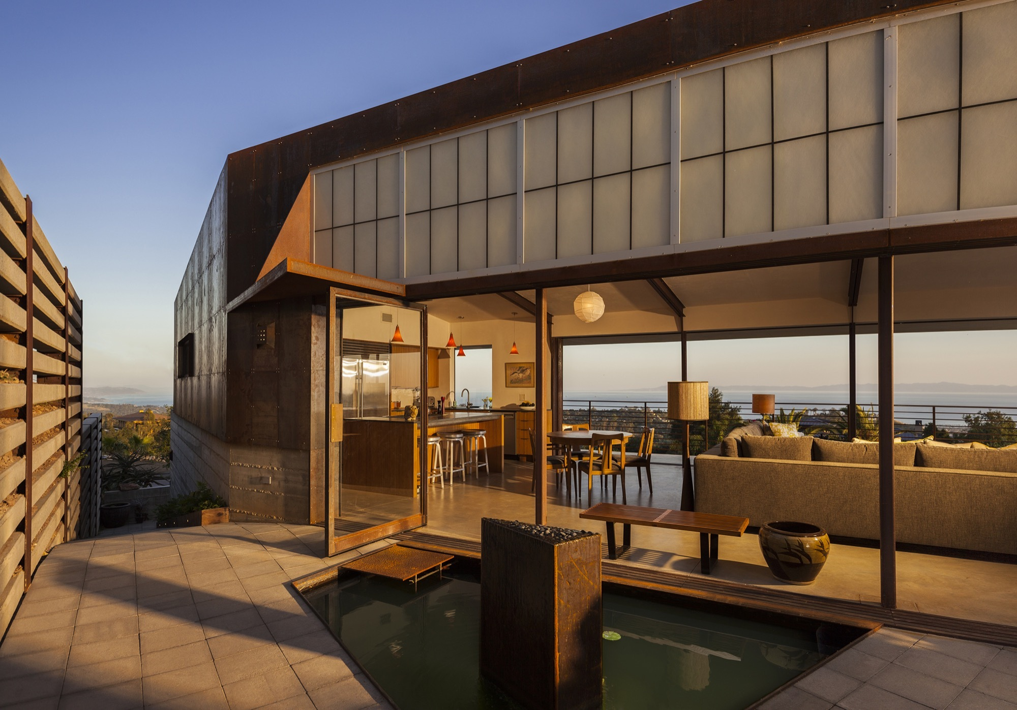 Crossing Wall House / Mobile Office Architects