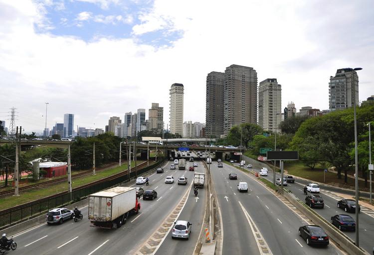 São Paulo não está sozinha: Dez cidades no mundo que baixaram o limite de velocidade , Marginal Pinheiros, São Paulo. Image © Mariana Gil/EMBARQ Brasil, via Flickr. Licença CC BY-NC 2.0
